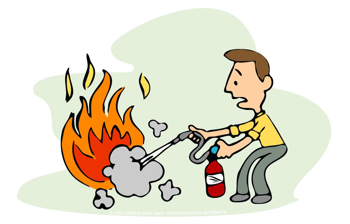 Homme en panique en train d'éteindre un feu